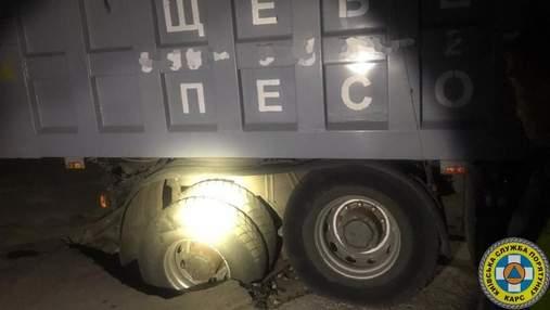Під Києвом у газопровід провалилася вантажівка з піском