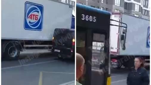 В ДТП в Киеве столкнулись грузовик АТБ и микроавтобус
