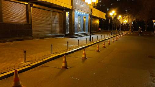 Возле Офиса генпрокурора дорожные конусы привязали цепями