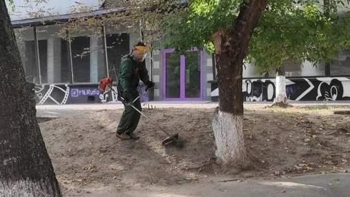 Бессмысленный флешмоб: в Киеве снова пахали землю газонокосилкой