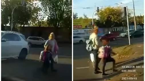 В Киеве мама с ребенком перебегала дорогу на красный свет: видео момента