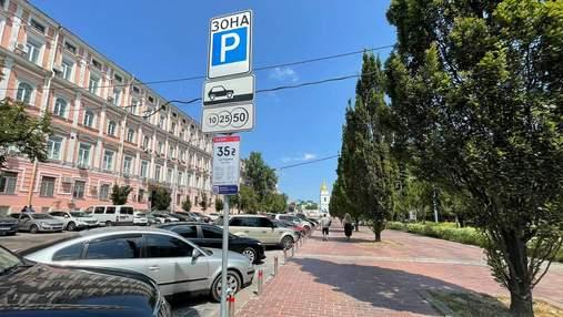 Київські комунальники пояснили, чому паркування у дворах на Позняках стало платним
