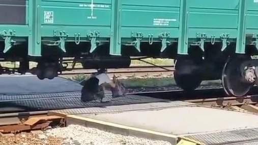 Аби встигнути на електричку: під Києвом людям довелося пролізати під вантажним поїздом