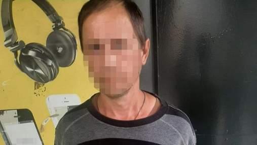 У Києві чоловік розбещував 8-річну дівчинку в шкільному туалеті