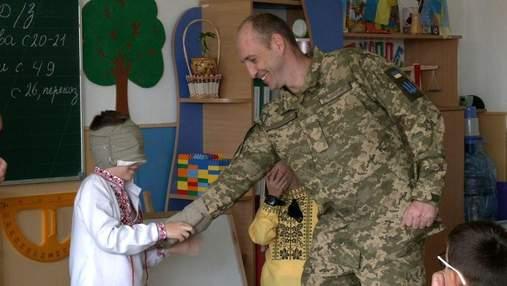 Открываю глаза, а там папа, – в Ровно школьнику устроили сюрприз с возвращением папы-военного