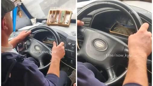 Водитель киевской маршрутки смотрит YouTube во время движения: видео момента