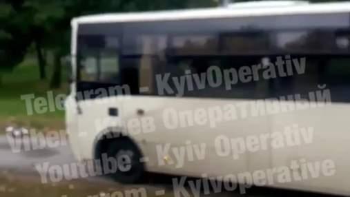 В Киеве маршрутчик мчался по тротуару, в КГГА сомневаются: возмутительное видео