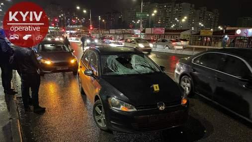 В Киеве мужчина перепрыгнул через отбойник и погиб под колесами авто