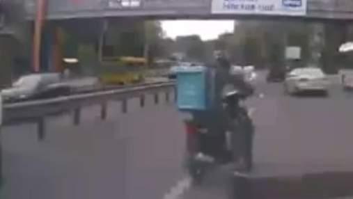 Скутерист врятував кошеня, яке бігало між колесами авто на трасі: зворушливе відео