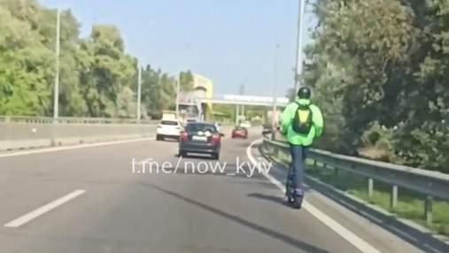 В Киеве мужчина мчался по трассе на электросамокате со скоростью 80 километров в час
