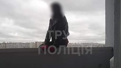 Полицейские спасли 17-летнюю девушку, которая сорвалась с 25 этажа в Киеве: жуткое видео