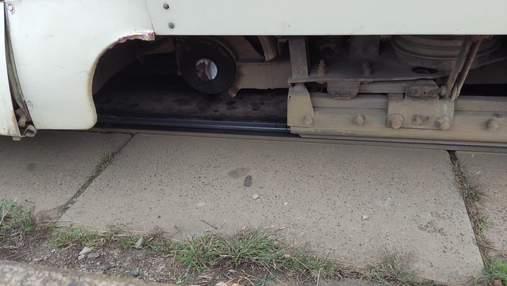 На Троєщині у трамвая на ходу відпало колесо: люди застрягли в заторі – фото інциденту