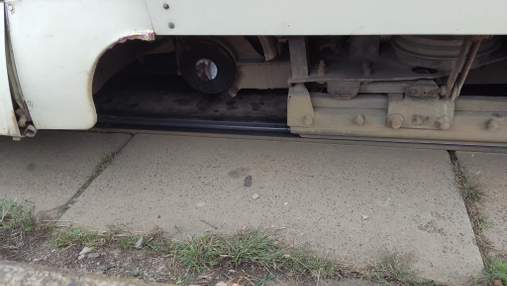 На Троещине у трамвая на ходу отпало колесо: люди застряли в пробке – фото инцидента