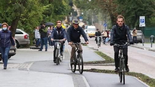 Проехались с ветерком: заседание исполкома Львовского горсовета провели на велосипедах