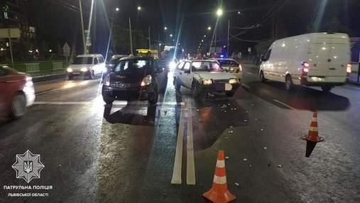 Во Львове пьяный 60-летний водитель влетел в автомобиль, который остановился на светофоре