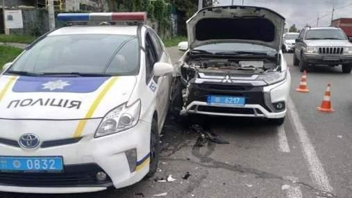 В Киеве на полосе для общественного транспорта столкнулись машины патрульных