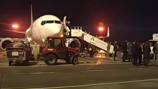 Літак вже у Києві: Україна на прохання Ватикану евакуювала з Афганістану студентів
