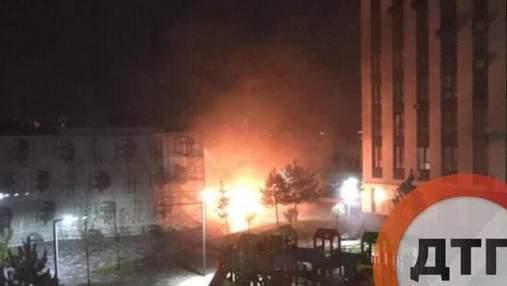 Під Києвом у новому ЖК невідомий вдруге підпалив машини, згоріли 5 автівок