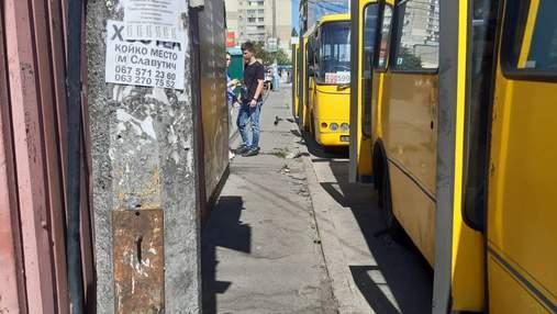 В Киеве водитель маршрутки выгнал подростка с льготами и избил его: видео инцидента