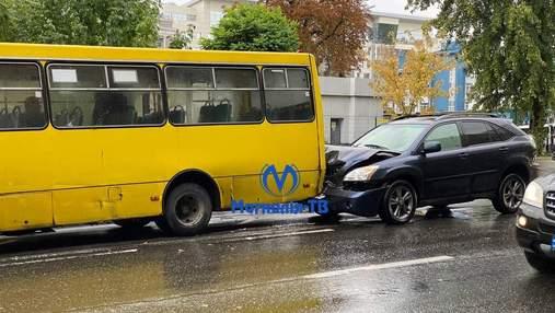 У центрі Києва позашляховик на швидкості врізався у маршрутку з пасажирами