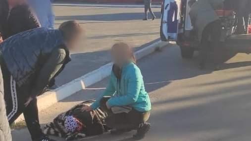 Под Киевом на пешеходном переходе легковушка сбила пожилую женщину с внуком: жуткие фото
