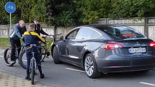 Велосипедисты наказали владельца Tesla, который ехал велодорожкой в Киеве