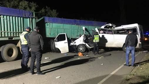 Микроавтобус врезался в грузовик: в ДТП на Николаевщине погибли 4 человека