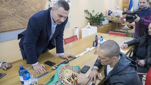 Кличко подарував Усику свій пояс чемпіона світу за версією WBC на удачу