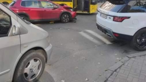 Автівка в'їхала в автобус у центрі Києва: постраждали діти – фото з місця зіткнення