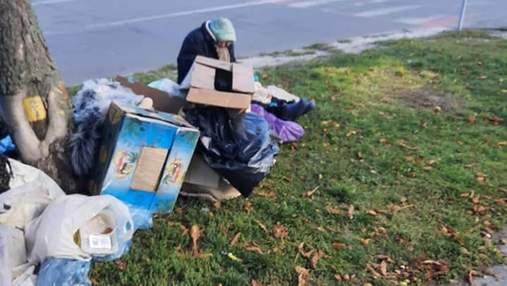 У Києві на Борщагівці помітили бабусю, яка цілий рік живе на підстилках з картону