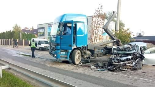 Момент зіткнення легковика зі сміттєвозом на Київщині потрапив на камери: моторошне відео