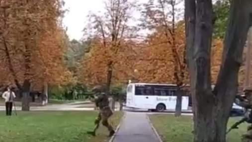 Бровары всколыхнули автоматные очереди посреди дня: в полиции успокоили горожан
