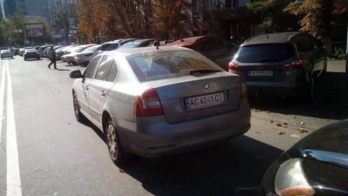 Київські поліцейські затримали водія-порушника, який зламав ніс інспектору з паркування