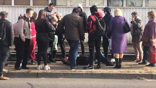 """У Києві на Лісному масиві чоловік лягав на трамвайні колії заради """"протесту"""""""