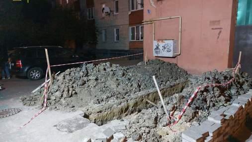 Во Львове мужчина упал в 2-метровую яму: фото с места происшествия