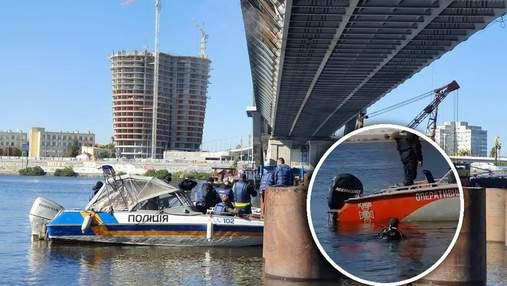 Полицейские и водолазы ныряют в Днепр для осмотра Подольского моста
