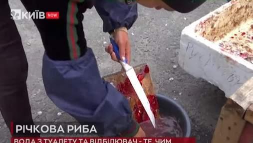 В Киеве поймали продавцов рыбы, которые опрыскивают ее водой из туалета и дезинфицируют белизной