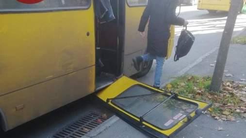В киевской маршрутке двери выпали на остановку: фото опасного инцидента