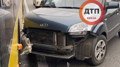 В Киеве на проспекте Победы водитель совершил ДТП и остановил движение троллейбусов