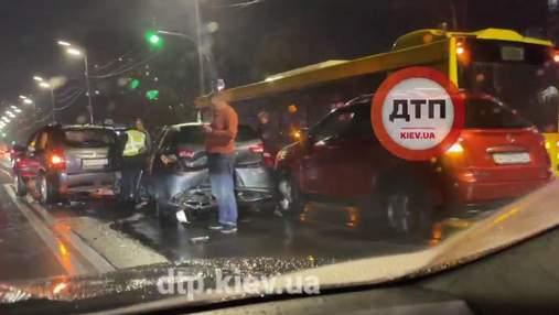 На Харьковском шоссе в Киеве масштабная авария из 7 машин и автобуса заблокировала проезд