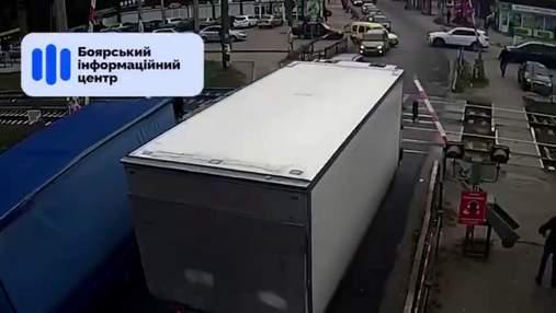 Полицейские не отреагировали: на Киевщине водитель грузовика снес шлагбаум и поехал дальше