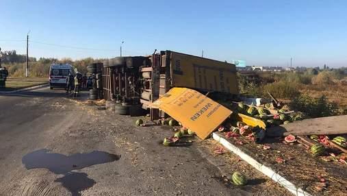 На Киевщине перевернулся грузовик с арбузами: за рулем был мужчина без прав