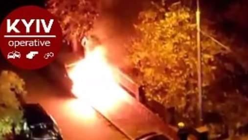 Во дворе спального района Киева вспыхнуло уже пятое подряд авто