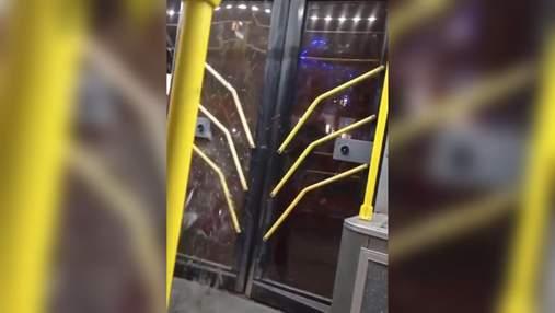 У Харкові хлопець розбив двері тролейбусу, бо не хотів платити: відео інциденту