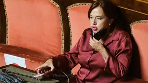 """Через відмову показати """"зелену перепустку"""": в Італії сенаторку відсторонили на 10 днів"""
