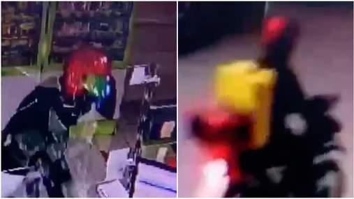 У Києві агресивний кур'єр розбив перегородку в аптеці й втік: обурливе відео
