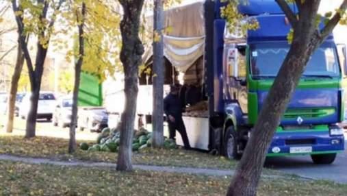 """На Оболони торговец выбросил полгрузовика гнилых арбузов у тротуара: фото """"инсталляции"""""""