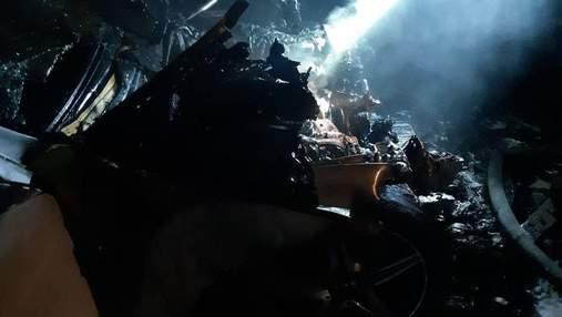 В Белой Церкви на Киевщине дотла сгорели два автомобиля: жуткие фото