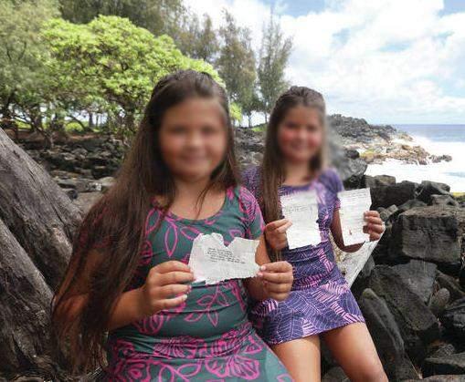 Эбби вместе с сестрой держат письма / Фото Kelsey Walling
