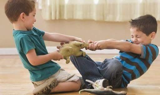 Діти сваряться через іграшку
